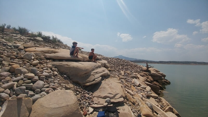 kids_sitting_on_rocks